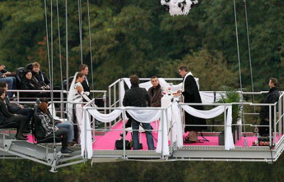 Wedding on the platform for those who are not afraid of heights