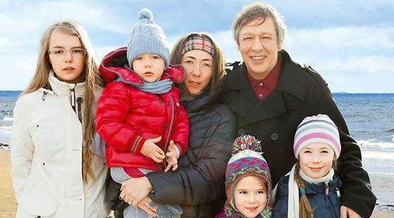 Михаил Ефремов с женой и младшими детьми
