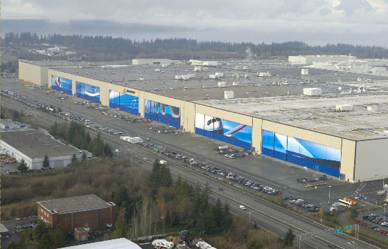 Вид на завод Boeing Everett Factory из иллюминатора самолета