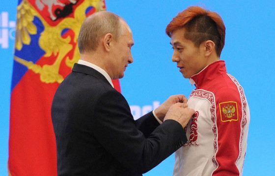 Виктор Ан во время награждения призеров зимних Олимпийских игр