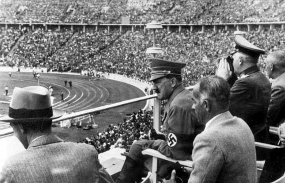 Фюрер наблюдает за соревнованиями легкоатлетов. 1936 год